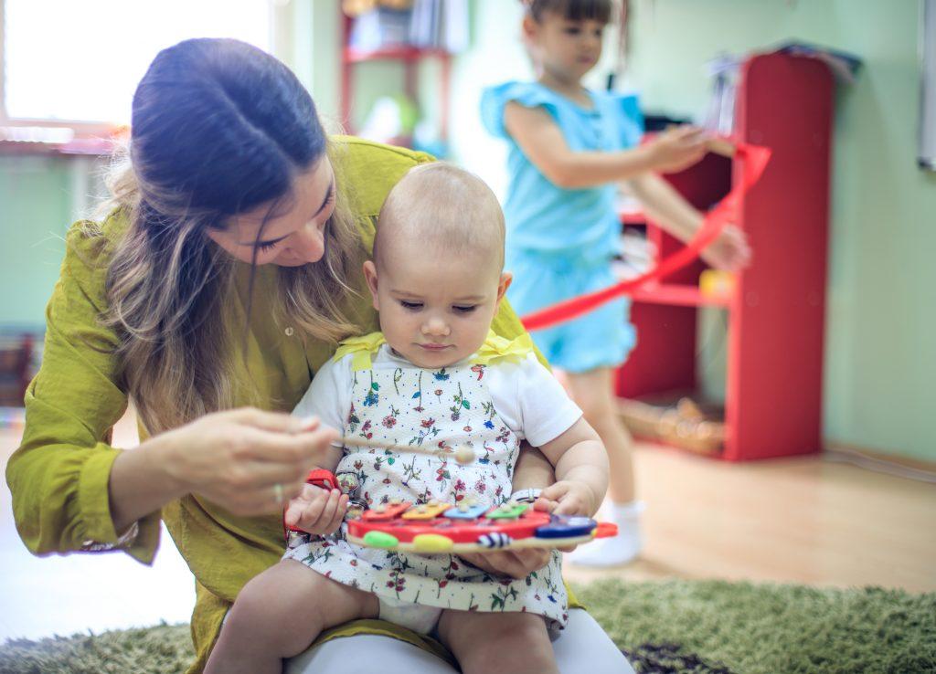 Musica Baby Lab è il percorso specifico rivolto al bambino nella fascia d'età compresa tra gli 0 ed i 3 anni e all'adulto che lo accompagna in questo percorso